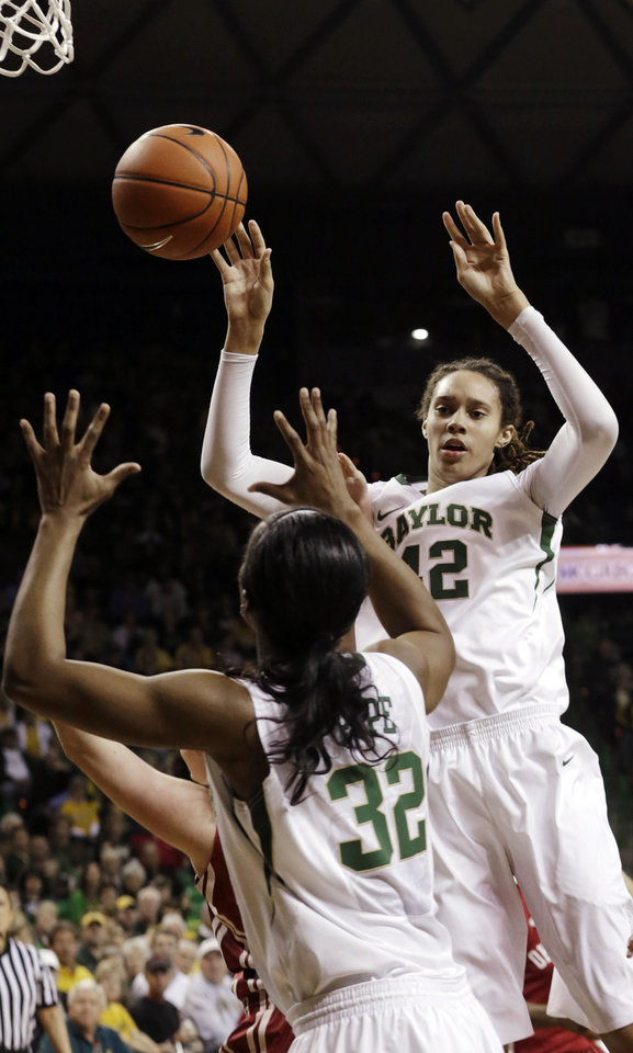 Photo - Baylor's Brittney Griner (42) passes to teammate Brooklyn Pope (32) during the second half of an NCAA college basketball game against Oklahoma Saturday, Jan. 26, 2013, in Waco Texas.  Baylor won 82-65. (AP Photo/LM Otero) ORG XMIT: TXMO109