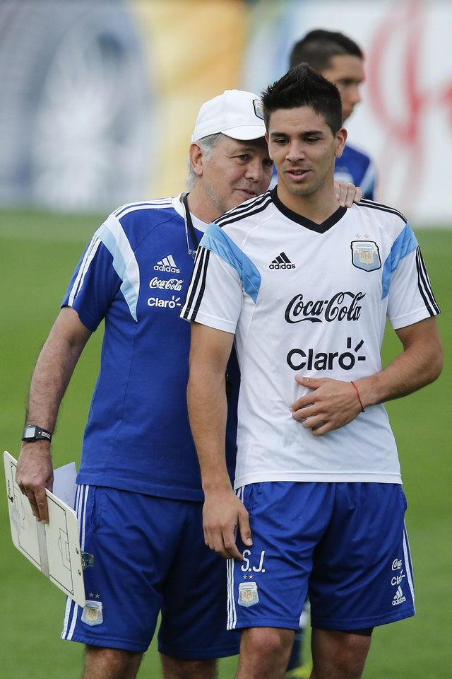 Photo - Argentina's head coach Alejandro Sabella, left, talks to Giovanni Pablo Simeone, team sparring and River Plate player, during a training session of Argentina in Vespesiano, near Belo Horizonte, Brazil, Wednesday, July 2, 2014. Simeone is the son of Diego Simeone, the coach of Spain's Atletico Madrid.  (AP Photo/Victor R. Caivano)