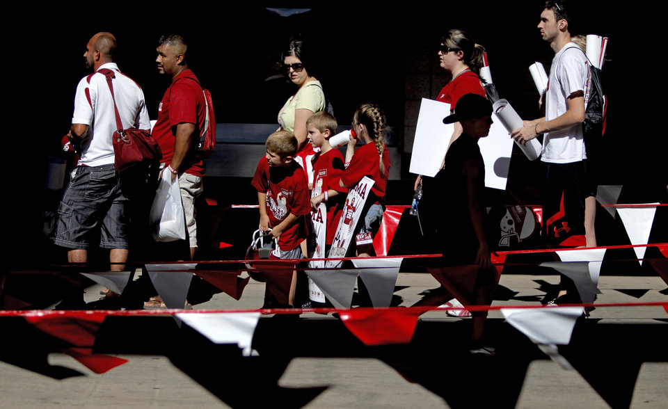 Photo - Fans wait in lijne during the University of Oklahoma's Meet the Sooners Day at Gaylord Family-Oklahoma Memorial Stadium in Norman, Okla., Saturday, August 6, 2011. Photo by Bryan Terry, The Oklahoman