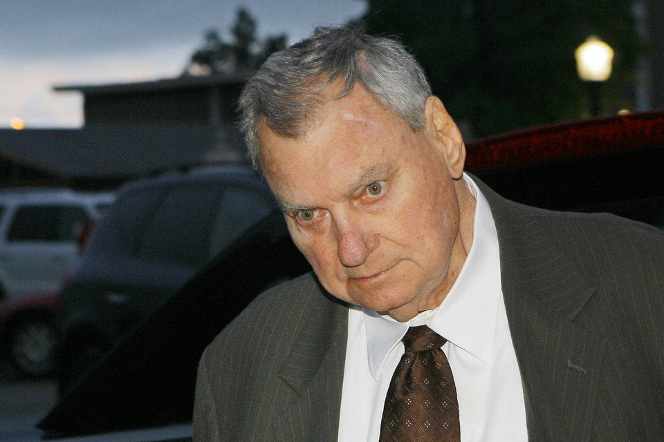 Photo - Gene Stipe going into the Federal Courthouse in Muskogee for a hearing on whether he should be sent back to prison, Monday, October 15, 2007.  Photo By David McDaniel,  The Oklahoman ORG XMIT: KOD