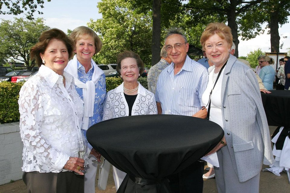 Photo - OKLAHOMA CITY PHILHARMONIC ORCHESTRA PLAYING ON THE GOLF COURSE / JOHN SALMERON: Libby Blankenship, Nina Gaugler, Martha Williams, and John and Lois Salmeron gather near the golf shop during the champagne cocktail party. BY DAVID FAYTINGER, FOR THE OKLAHOMAN ORG XMIT: 0806121739338387