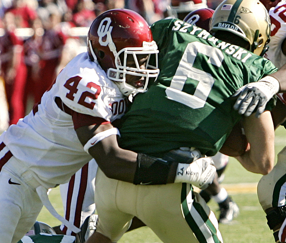Photo - Oklahoma's Rufus Alexander (42) puts a hit on Baylor quarterback Blake Szymanski (6) in the second half during the University of Oklahoma Sooners (OU) college football game against Baylor University Bears (BU) at Floyd Casey Stadium, on Saturday, Nov. 18, 2006, in Waco, Texas.     by Chris Landsberger, The Oklahoman
