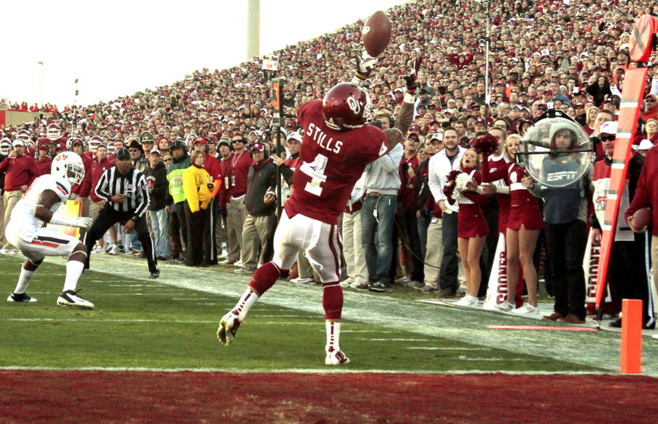 Photo - Oklahoma's Kenny Stills (4) juggles and then catches a Landry Jones pass for a touchdown just before halftime during the Bedlam college football game between the University of Oklahoma Sooners (OU) and the Oklahoma State University Cowboys (OSU) at Gaylord Family-Oklahoma Memorial Stadium in Norman, Okla., Saturday, Nov. 24, 2012. Photo by Steve Sisney, The Oklahoman