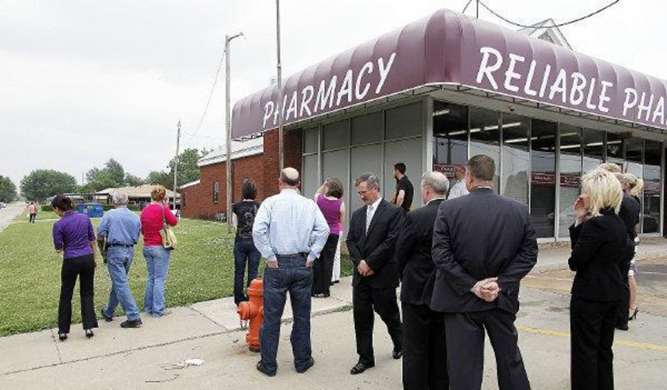 Photo - Jurors for the Jerome Ersland murder trial visit Reliable Pharmacy 5900 S Penn, Monday, May 23, 2011 where the robbery took place. The jurors observe the area north of the pharmacy. Photo by Doug Hoke, The Oklahoman. ORG XMIT: KOD