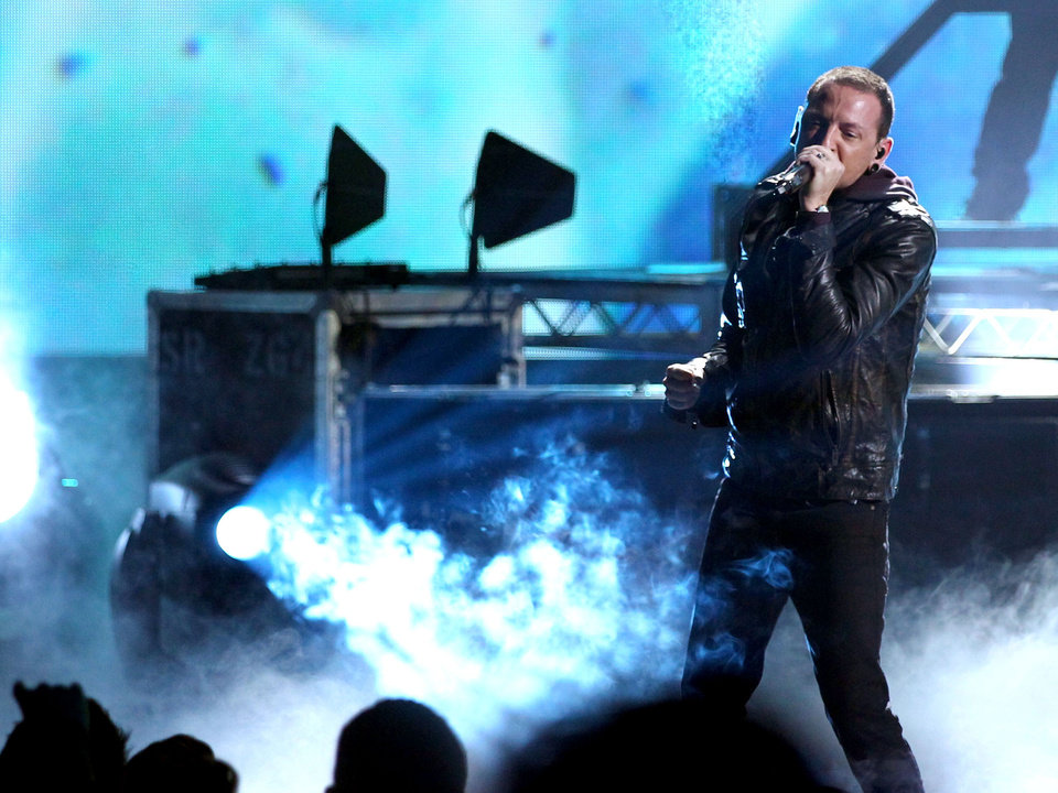 "Chester Bennington from the band Linkin Park performs ""Burn It Down"" at the 40th Anniversary American Music Awards on Sunday, Nov. 18, 2012, in Los Angeles. (Photo by Matt Sayles/Invision/AP)"