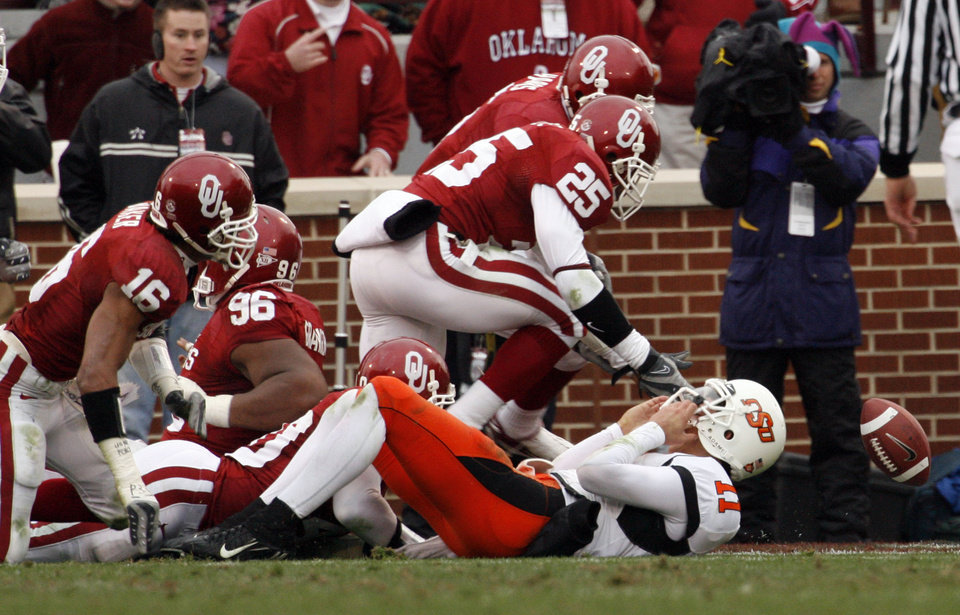 Photo - D. J. Wolfe (25) recoveres a Zac Robinson fumble in the end zone during the first half of the college football game between the University of Oklahoma Sooners (OU) and the Oklahoma State University Cowboys (OSU) at the Gaylord Family-Memorial Stadium on Saturday, Nov. 24, 2007, in Norman, Okla. 