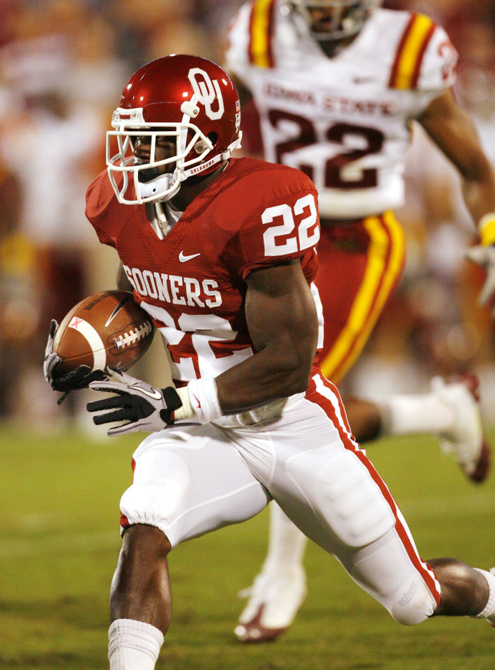 Photo - Roy Finch (22) carries during the first half of the college football game between the University of Oklahoma Sooners (OU) and the Iowa State Cyclones (ISU) at the Glaylord Family-Oklahoma Memorial Stadium on Saturday, Oct. 16, 2010, in Norman, Okla.  Photo by Steve Sisney, The Oklahoman
