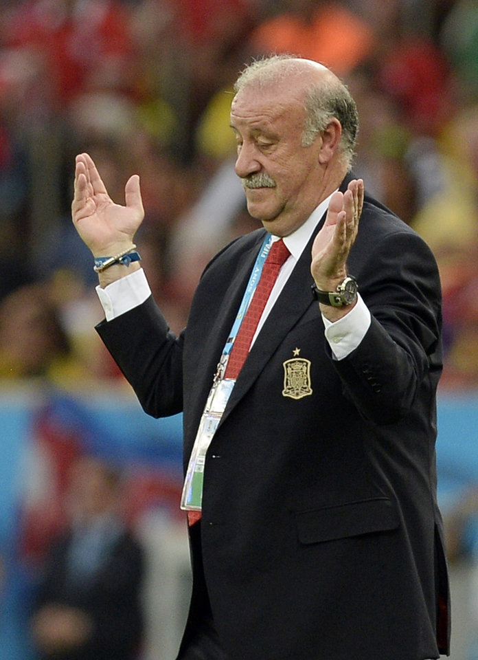 Photo - Spain's head coach Vicente Del Bosque gestures during the group B World Cup soccer match between Spain and Chile at the Maracana Stadium in Rio de Janeiro, Brazil, Wednesday, June 18, 2014.  (AP Photo/Manu Fernandez)