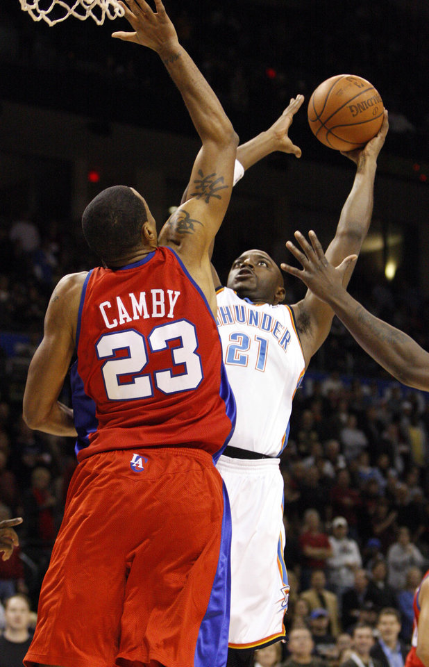 Photo - L.A. CLIPPERS: Oklahoma City Thunder guard Damien Wikins (21) goes up for a shot against Los Angeles Clippers' Marcus Camby (23) in the first quarter of an NBA basketball game in Oklahoma City, Tuesday, Dec. 16, 2008.  (AP Photo/Alonzo Adams) ORG XMIT: OKAA101