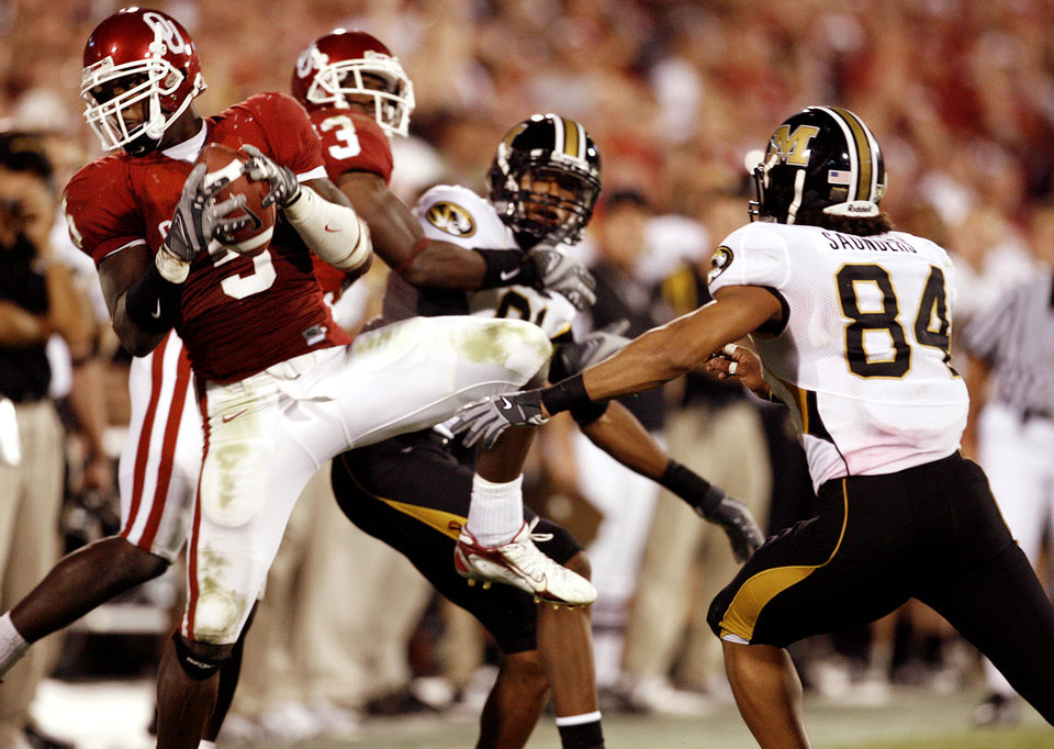 Photo - Oklahoma's Nic Harris (5) pulls in an interception in front of Missouri's Tommy Saunders (84) to seal the 41-31 win over the Tigers during the college football game between the University of Oklahoma Sooners (OU) and the University of Missouri Tigers (MU) at the Gaylord Family -- Oklahoma Memorial Stadium on Saturday, Oct. 13, 2007, in Norman, Okla.  By STEVE SISNEY, The Oklahoman  ORG XMIT: KOD