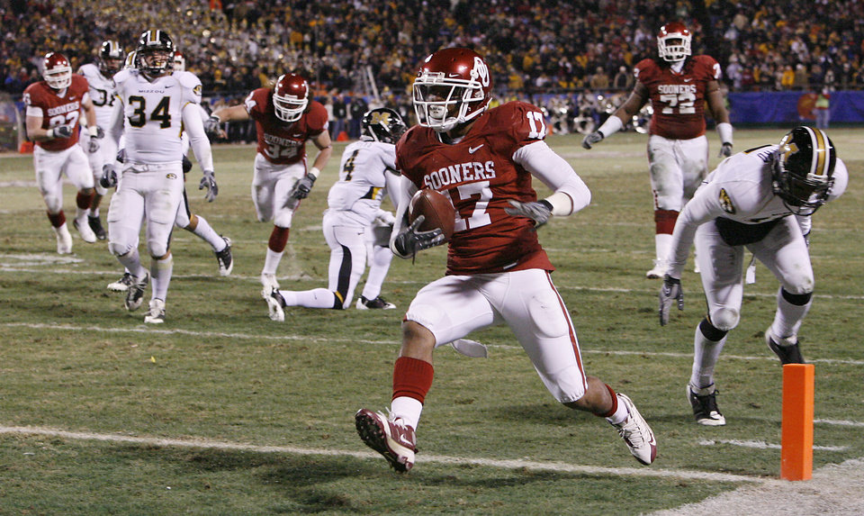 Photo - Oklahoma's Mossis Madu (17) makes his way into the end zone for a touchdown during the first half of the Big 12 Championship college football game between the University of Oklahoma Sooners (OU) and the University of Missouri Tigers (MU) on Saturday, Dec. 6, 2008, at Arrowhead Stadium in Kansas City, Mo.   PHOTO BY NATE BILLINGS, THE OKLAHOMAN  ORG XMIT: KOD