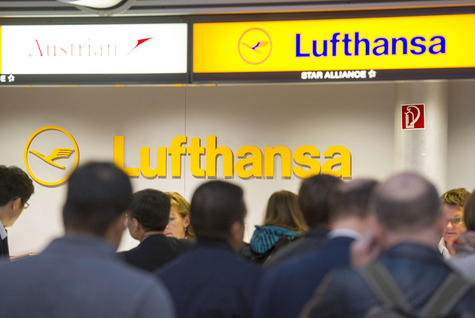 Photo -   Passengers wait in front of a Lufthansa counter in Hamburg, northern Germany, Friday, Sept. 7, 2012. Lufthansa canceled about two-thirds of its flights Friday after flight attendants walked off the job at airports around the country in an escalating battle with Germany's largest airline, but signs emerged that the two sides may be prepared to return to the negotiating table. (AP Photo/dapd, Olaf Malzahn)