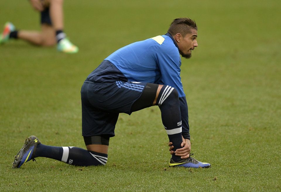Photo - Schalke's Kevin-Prince Boateng of Ghana stretches during the last training session prior to the UEFA Champions League first leg knock out soccer match between FC Schalke 04 and Real Madrid in Gelsenkirchen, Germany, Tuesday, Feb. 25, 2014. (AP Photo/Martin Meissner)
