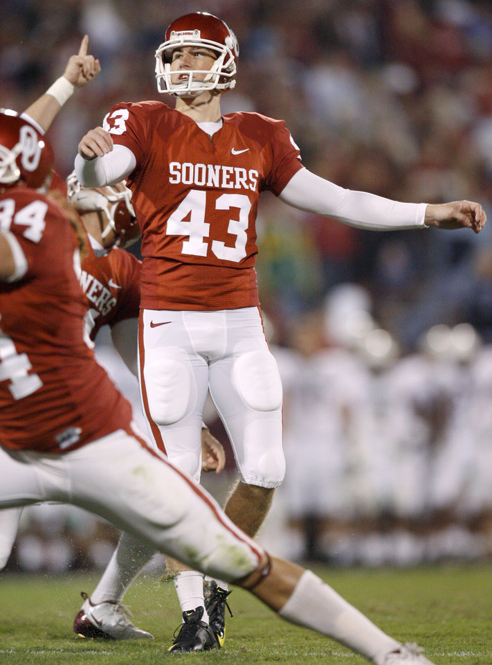 Photo - OU's Patrick O'Hara watches after kicking a field goal during the Big 12 college football game between the University of Oklahoma Sooners and the Texas A&M Aggies at Gaylord Family - Oklahoma Memorial Stadium in Norman, Okla., Saturday, November 14, 2009.  Photo by Bryan Terry, The Oklahoman
