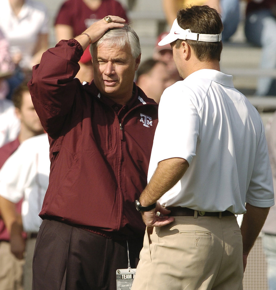 Photo - Texas A&M head coach Dennis Franchione, left, and Oklahoma head coach Bob Stoops talk before the University of Oklahoma Sooners (OU) college football game against Texas A&M, at Gaylord Family - Oklahoma Memorial Stadium, Saturday, November 12, 2005, in Norman, Oklahoma. by Steve Sisney/The Oklahoman