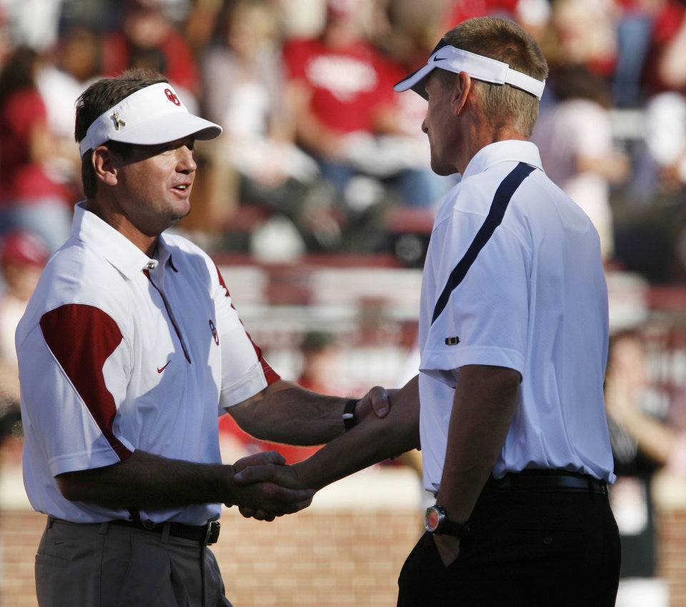 Photo - Head coaches Bob Stoops (left) and Gary Anderson shake hands before the college football game between the University of Oklahoma Sooners (OU) and Utah State University Aggies (USU) at the Gaylord Family-Oklahoma Memorial Stadium on Saturday, Sept. 4, 2010, in Norman, Okla.   Photo by Steve Sisney, The Oklahoman