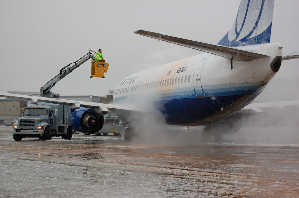 WINTER / COLD / WEATHER / ICE STORM / AIRPLANE: Crews de-ice a plane at Will Rogers World Airport. PROVIDED BY WILL ROGERS WORLD AIRPORT ORG XMIT: 0712102121161331