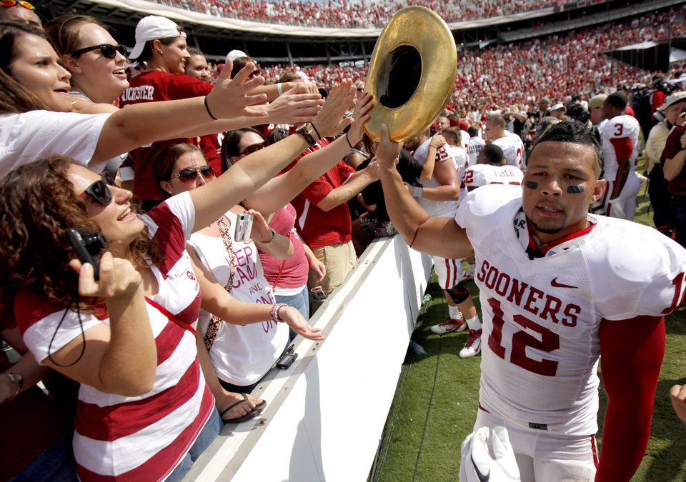 Photo - Oklahoma's Travis Lewis celebrates with the Golden Hat trophy the Red River Rivalry college football game between the University of Oklahoma Sooners (OU) and the University of Texas Longhorns (UT) at the Cotton Bowl in Dallas, Saturday, Oct. 8, 2011. Oklahoma won 55-17. Photo by Bryan Terry, The Oklahoman