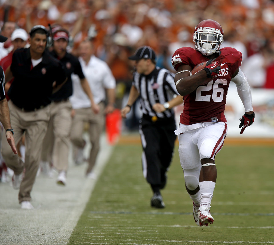 Photo - OU's Damien Williams (26) scores a touchdown during the Red River Rivalry college football game between the University of Oklahoma (OU) and the University of Texas (UT) at the Cotton Bowl in Dallas, Saturday, Oct. 13, 2012. Photo by Bryan Terry, The Oklahoman