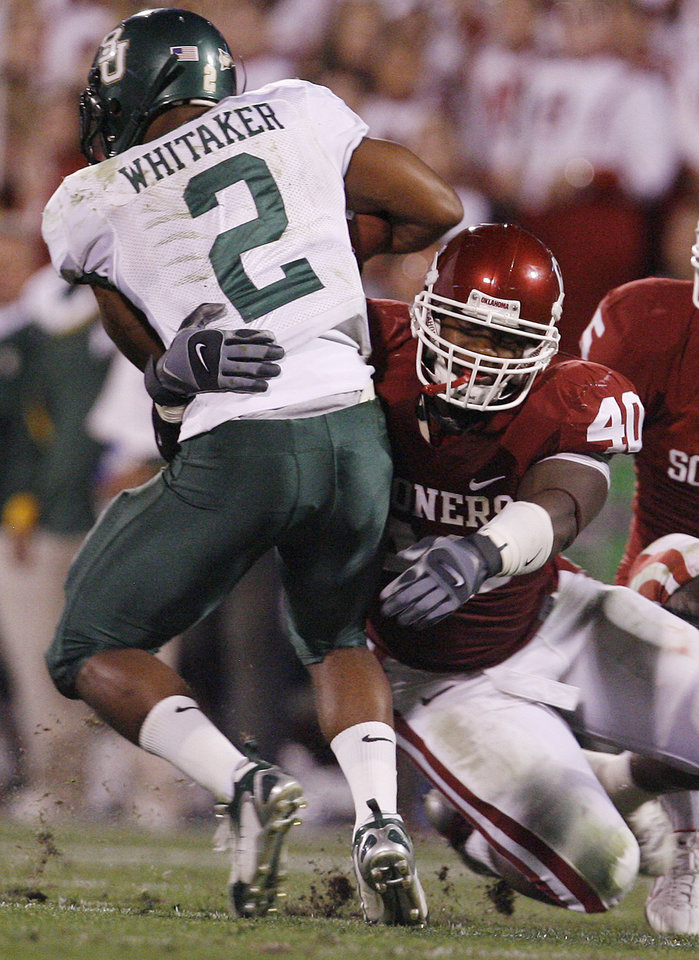 Photo - Oklahoma's Curtis Lofton (40) brings down Baylor's Brandon Whitaker (2) during the first half of the college football game between the University of Oklahoma Sooners (OU) and the University of Baylor Bears (BU) at the Gaylord Family -- Oklahoma Memorial Stadium on Saturday, Nov. 10, 2007, in Norman, Okla.  Photo By Bryan Terry, The Oklahoman ORG XMIT: KOD
