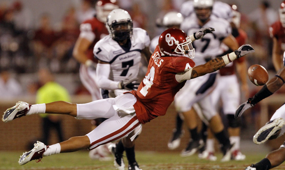 Photo - Oklahoma's Kenny Stills (4) tries to bring in a pass during the second half of the college football game between the University of Oklahoma Sooners (OU) and Utah State University Aggies (USU) at the Gaylord Family-Oklahoma Memorial Stadium on Saturday, Sept. 4, 2010, in Norman, Okla.   Photo by Chris Landsberger, The Oklahoman