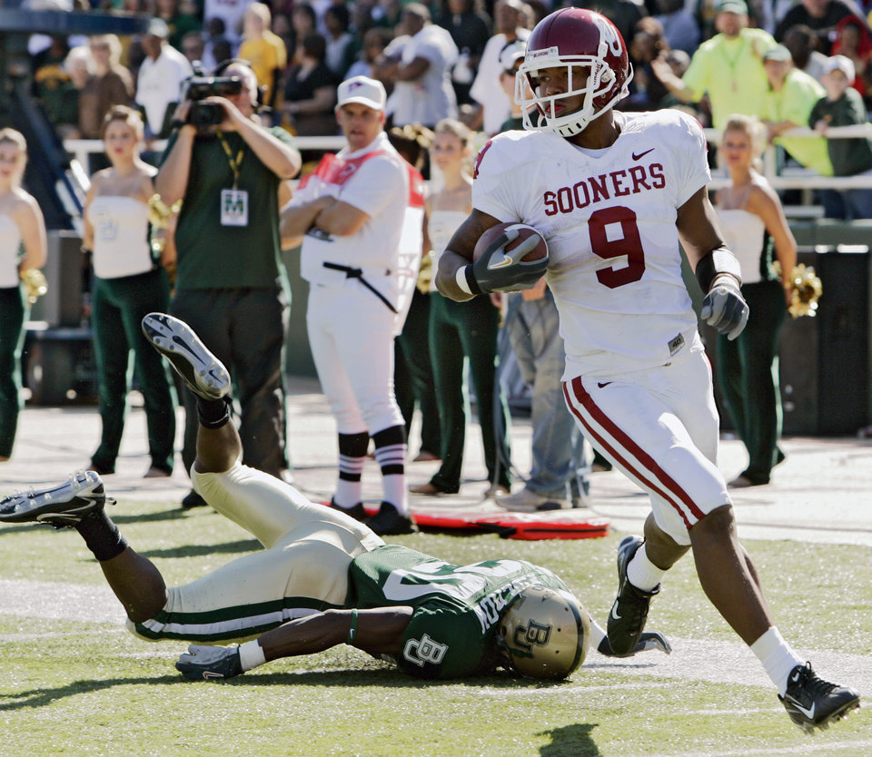 Photo - Oklahoma's Juaquin Iglesias (9) leaves Baylor's Alton Widemon (20) face down as Iglesias scores a touchdown on a kick return in the second half during the University of Oklahoma Sooners (OU) college football game against Baylor University Bears (BU) at Floyd Casey Stadium, on Saturday, Nov. 18, 2006, in Waco, Texas.     by Chris Landsberger, The Oklahoman