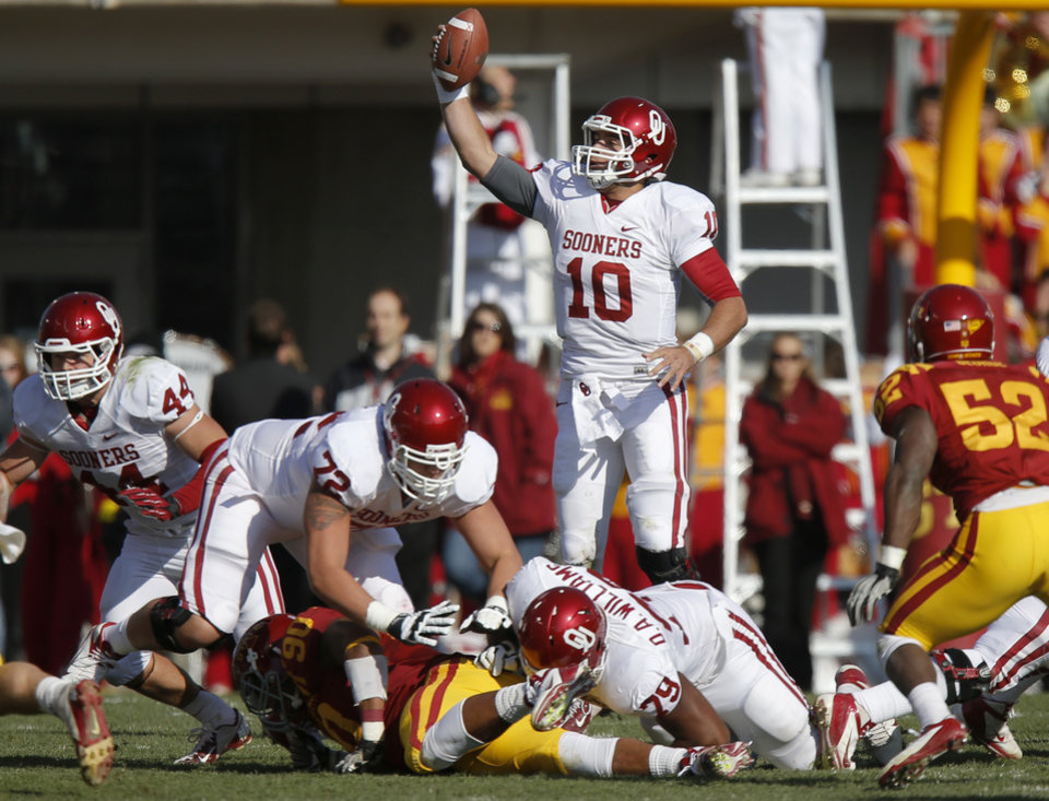Oklahoma's Blake Bell (10) catches the snap during a college football game between the University of Oklahoma (OU) and Iowa State University (ISU) at Jack Trice Stadium in Ames, Iowa, Saturday, Nov. 3, 2012. Oklahoma won 35-20. Photo by Bryan Terry, The Oklahoman