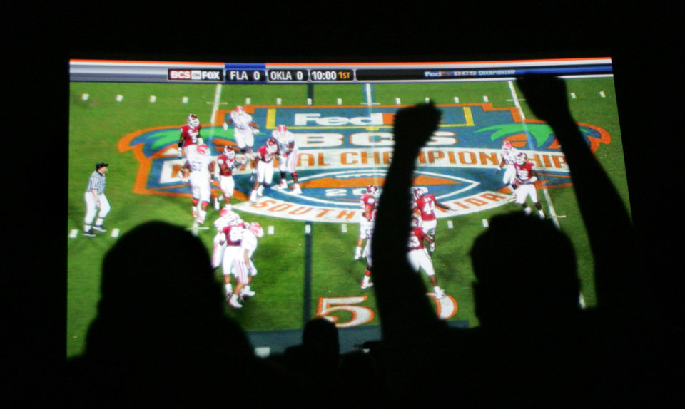 Photo - OU fans watch the University of Oklahoma and the Florida Gators play in the BCS National Championship football game at the Warren Theatre in Moore , Okla. January  08, 2009.  BY STEVE GOOCH, THE  OKLAHOMAN