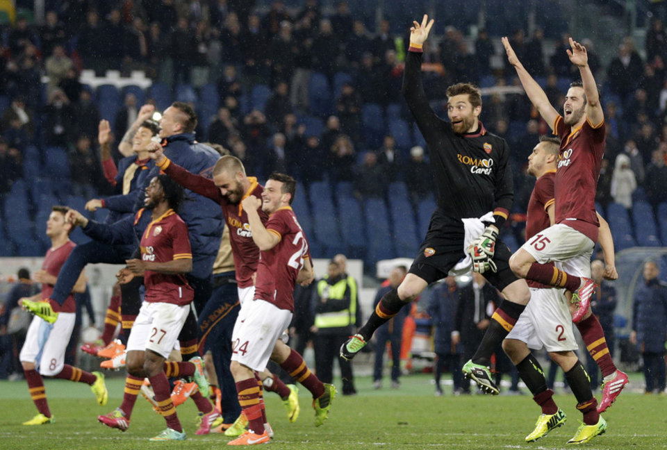 Photo - AS Roma players celebrate at the end of a Serie A soccer match between AS Roma and Torino, at Rome's Olympic Stadium, Tuesday, March 25, 2014. AS Roma won 2-1. (AP Photo/Andrew Medichini)