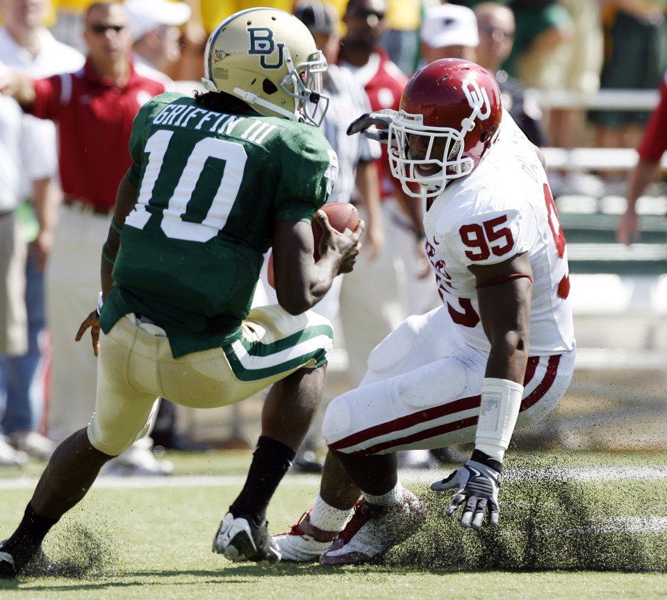 Quarterback Robert Griffin reverses field diverted by Alan Davis in the first half during the college football game between Oklahoma (OU) and Baylor University at Floyd Casey Stadium in Waco, Texas, Saturday, October 4, 2008.   BY STEVE SISNEY, THE OKLAHOMAN