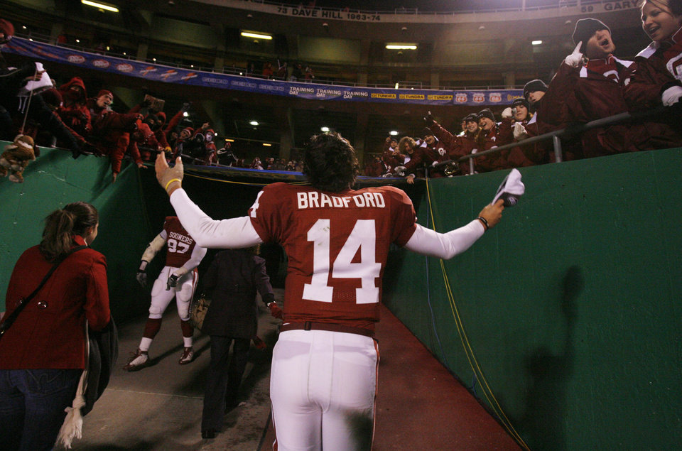 Photo - SALUTE / CELEBRATE / CELEBRATION: Sam Bradford walks off the field and salutes the Sooner fans after the Big 12 Championship college football game between the University of Oklahoma Sooners (OU) and the University of Missouri Tigers (MU) on Saturday, Dec. 6, 2008, at Arrowhead Stadium in Kansas City, Mo.   PHOTO BY CHRIS LANDSBERGER/THE OKLAHOMAN  ORG XMIT: KOD