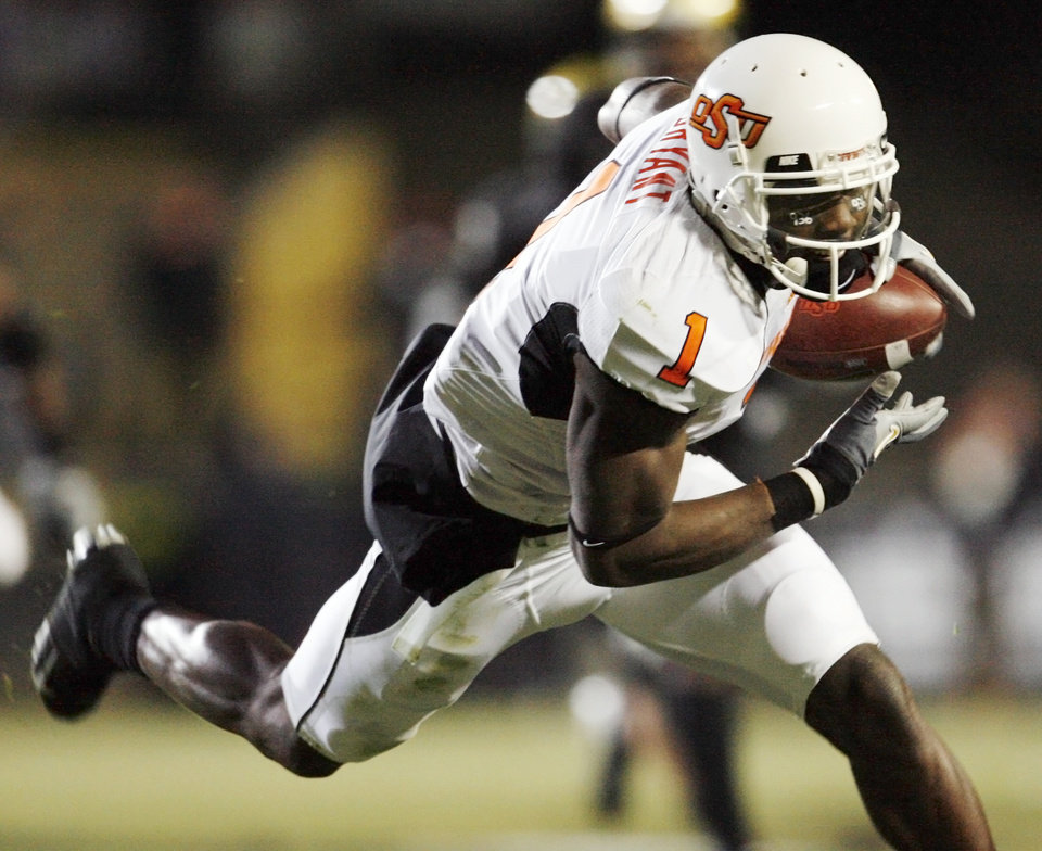 Photo - OSU's Dez Bryant runs after a catch for a touchdown in the second quarter during the college football game between Oklahoma State University and University of Colorado at Folsom Field in Boulder, Colo., Saturday, Nov. 15, 2008. BY NATE BILLINGS, THE OKLAHOMAN