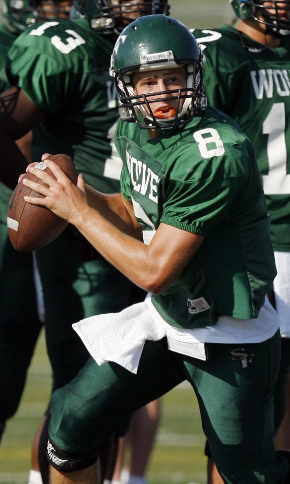 Photo - HIGH SCHOOL FOOTBALL: Edmond Santa Fe's Will Long (8) looks for a receiver during the football scrimmage at Edmond Santa Fe High School in Edmond, Okla.,Thursday, August 20, 2009. By Nate Billings, The Oklahoman ORG XMIT: KOD