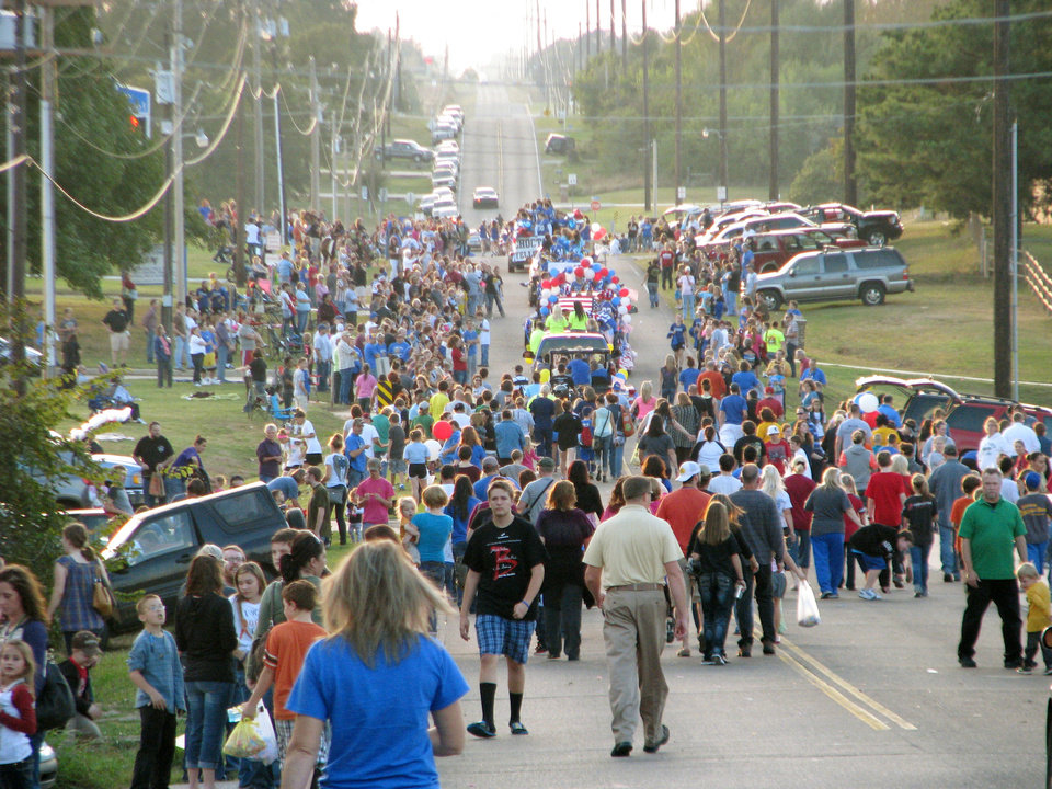 Paradegoers leave the parade route Thursday near Choctaw High School. A homecoming festival was held in the parking lot of the high school after the parade. PHOTO BY VALLERY BROWN, THE OKLAHOMAN <strong>Vallery Brown - THE OKLAHOMAN</strong>