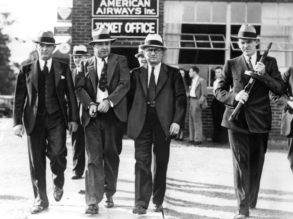 the life of machine gun kelly a gangster during the prohibition Crew member electrocuted during  the real-life story of gangster machine gun kelly  a film close to reality of the notorious gangster of the prohibition.