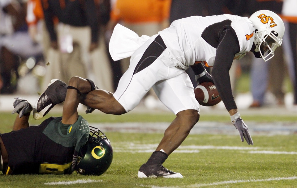 Photo - OSU's Dez Bryant (1) breaks the tackle of Oregon's Walter Thurmond III (6) on a touchdown reception in the first quarter of the Holiday Bowl college football game between Oklahoma State and Oregon at Qualcomm Stadium in San Diego, Tuesday, Dec. 30, 2008. PHOTO BY NATE BILLINGS, THE OKLAHOMAN
