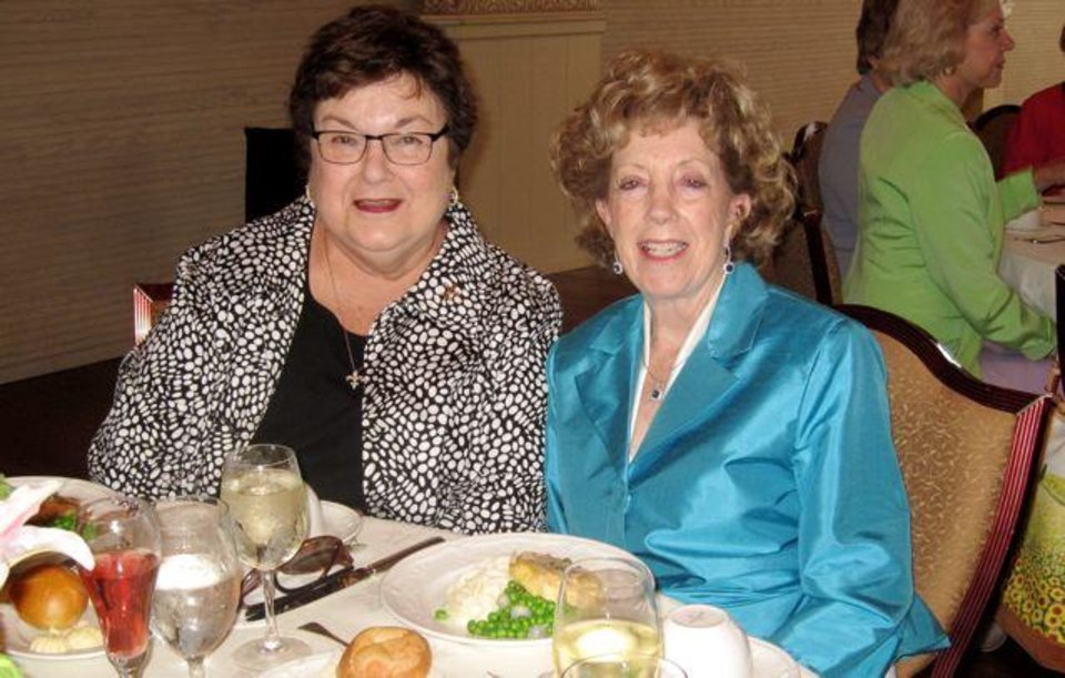 Yvette Fleckinger and Peggy Gandy talk at the Symphony Show House luncheon. (Photo by Helen Ford Wallace).