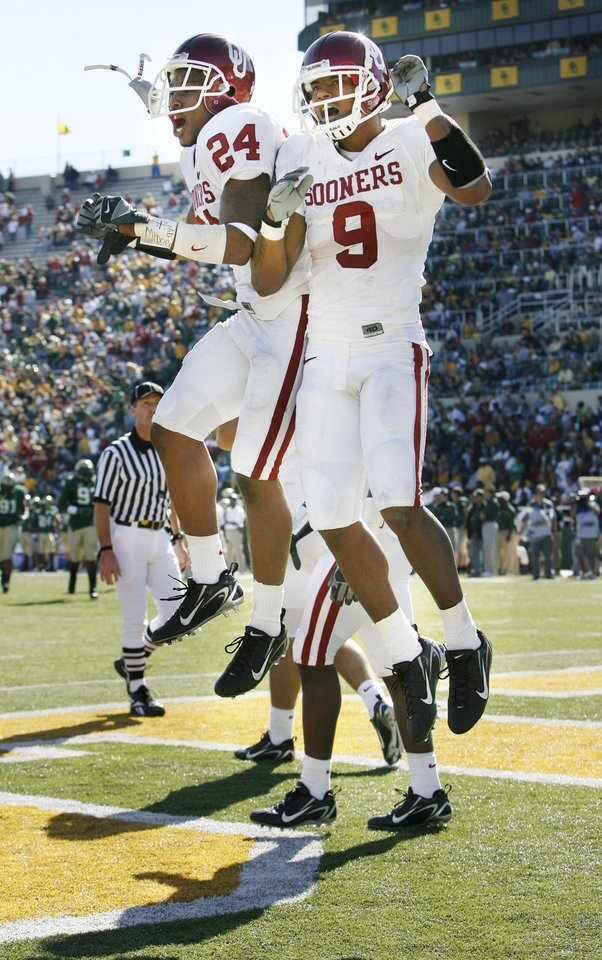 Photo - Juaquin Iglesias (9) celebrates his on a free kick following a Baylor safety in the second half during the University of Oklahoma Sooners (OU) college football game against Baylor University Bears (BU) at Floyd Casey Stadium, on Saturday, Nov. 18, 2006, in Waco, Texas.  Iglesias returned the punt for a touchdown.  Marcus Walker (24) is the other celebrant.    by Steve Sisney, The Oklahoman
