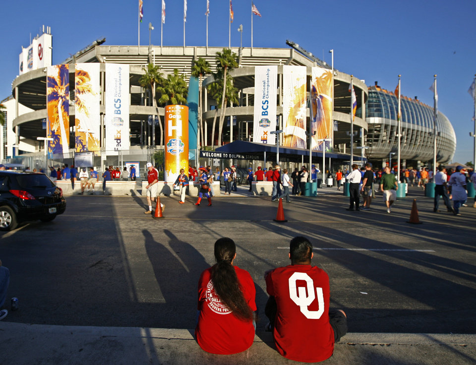 Photo - OU fans sit outside the stadium before the BCS National Championship college football game between the University of Oklahoma Sooners (OU) and the University of Florida Gators (UF) on Thursday, Jan. 8, 2009, at Dolphin Stadium in Miami Gardens, Fla. 