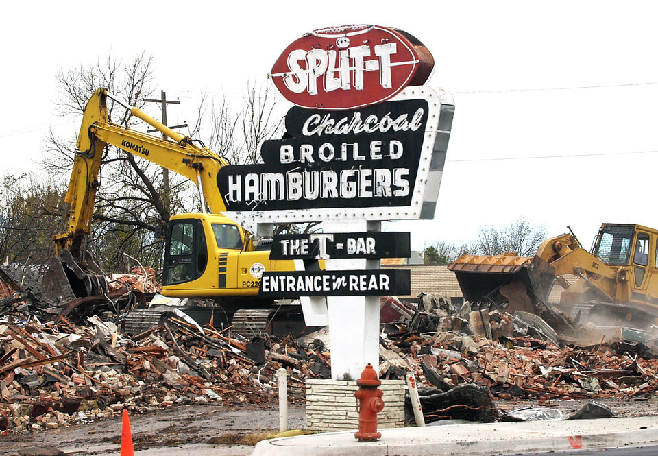 Photo - DEMOLISH: Split-T (and T-Bar) restaurant building demolition on north Western. Staff photo by David McDaniel. ORG XMIT: KOD
