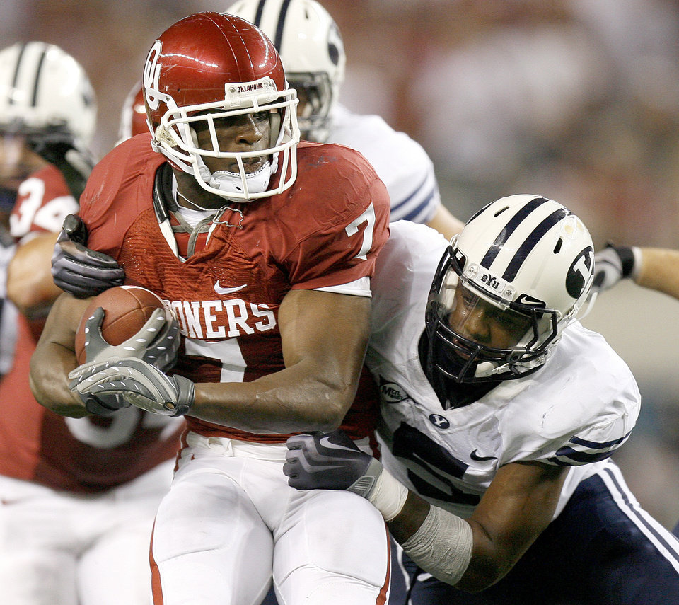 OU's DeMarco Murray tries to get away from BYU's Brandon Bradley during the college football game between the Brigham Young University Cougars (BYU) and the University of Oklahoma Sooners (OU) at Cowboys Stadium in Arlington, Texas, Saturday, September 5, 2009. By Bryan Terry, The Oklahoman