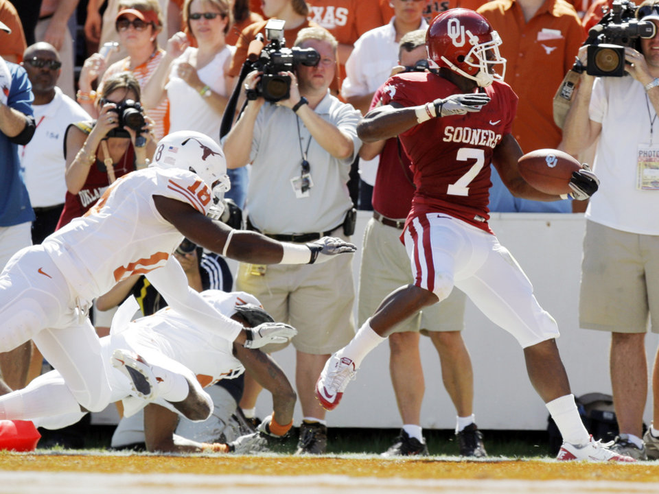 OU's DeMarco Murray (7) rushes for a touchdown in the first quarter during the Red River Rivalry college football game between the University of Oklahoma Sooners (OU) and the University of Texas Longhorns (UT) at the Cotton Bowl on Saturday, Oct. 2, 2010, in Dallas, Texas. Photo by Nate Billings, The Oklahoman