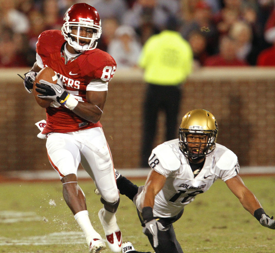 Photo - Ryan Broyles catches a pass and runs for an 81 yard qtouchdown during the first half of the college football game between the University of Oklahoma (OU) Sooners and the University of Colorado Buffaloes at Gaylord Family-Oklahoma Memorial Stadium in Norman, Okla., Saturday, October 30, 2010.  Photo by Steve Sisney, The Oklahoman