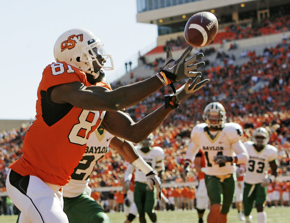 Photo - OSU's Justin Blackmon (81) makes a catch for a touchdown in the first quarter during the college football game between the Oklahoma State University Cowboys (OSU) and the Baylor University Bears at Boone Pickens Stadium in Stillwater, Okla., Saturday, Nov. 6, 2010. Photo by Nate Billings, The Oklahoman
