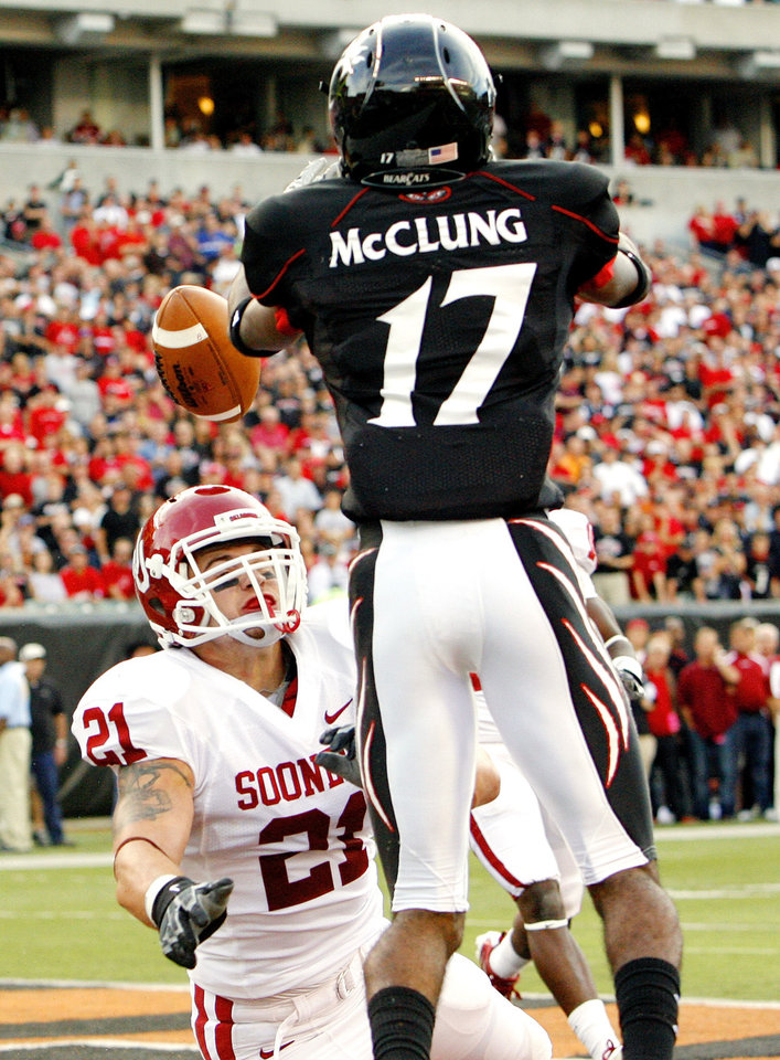Photo - Tom Wort (21) defends a pass in the end zone against Anthony McClung (17) during the first half of the college football game between the University of Oklahoma Sooners (OU) and the University of Cincinnati Bearcats (UC) at Paul Brown Stadium on Saturday, Sept. 25, 2010, in Cincinnati, Ohio.   Photo by Steve Sisney, The Oklahoman