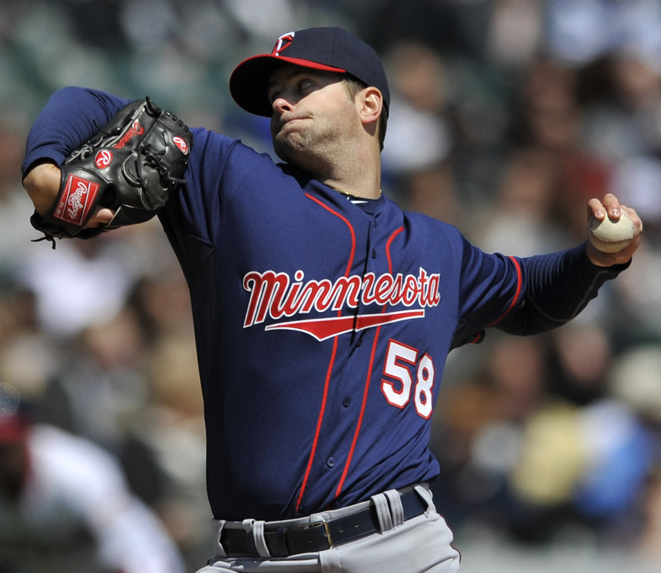Minnesota Twins starter Scott Diamond delivers a pitch against the Chicago White Sox during the first inning of an MLB American League baseball game in Chicago, April 21, 2013. (AP Photo/Paul Beaty)