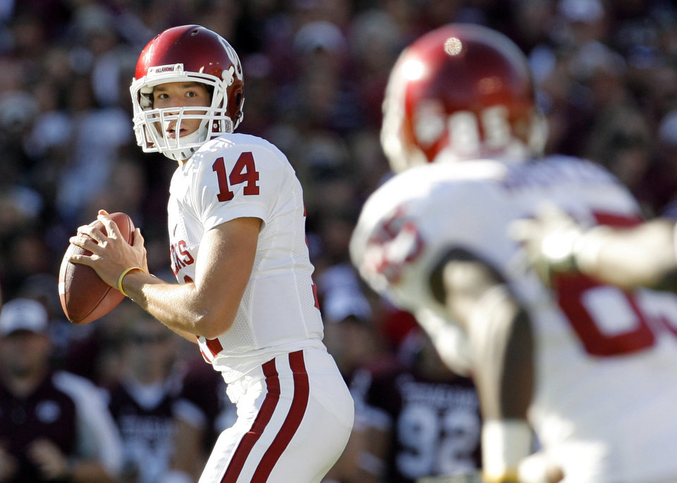 Photo - OU quarterback Sam Bradford looks to pass to Ryan Broyles in the first quarter during the college football game between the University of Oklahoma (OU) and Texas A&M University (TAMU) at Kyle Field in College Station, Texas, Saturday, Nov. 8, 2008. BY NATE BILLINGS, THE OKLAHOMAN