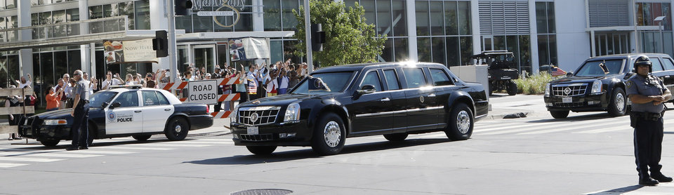 Photo - President Barack Obama's motorcade leaves downtown Oklahoma City, Thursday, July 16, 2015 on the way to the federal prison in El Reno. Photo by Doug Hoke, The Oklahoman