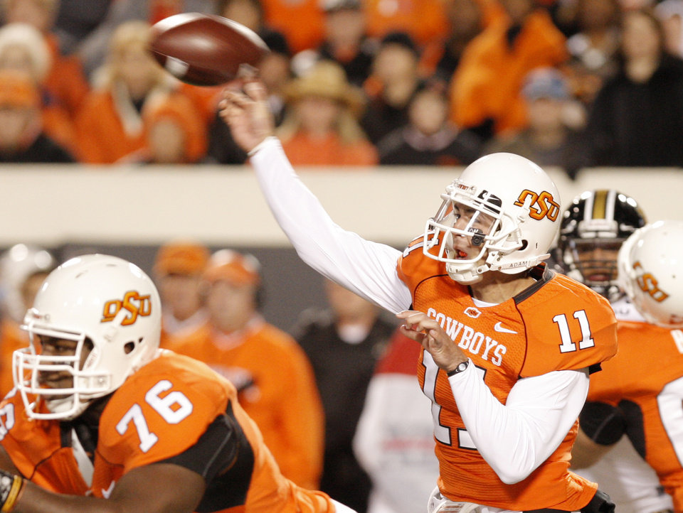 Photo - Zac Robinson throws a pass in the first quarter behind the blocking of Russell Okung (76) during the college football game between Oklahoma State University (OSU) and the University of Missouri (MU) at Boone Pickens Stadium in Stillwater, Okla. Saturday, Oct. 17, 2009.  Photo by Doug Hoke, The Oklahoman