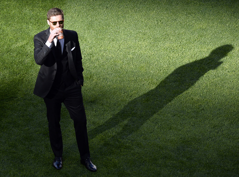 Photo - Real's Xabi Alonso drinks as he walks on the pitch ahead of the Champions League final soccer match between Atletico Madrid and Real Madrid in Lisbon, Portugal, Saturday, May 24, 2014. (AP Photo/Paulo Duarte)